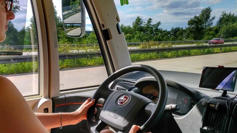Las cosas que nunca debes hacer al volante